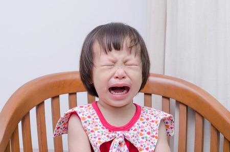 bebe enfermo: Retrato de la niña asiática llorar