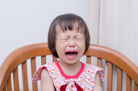 bambino che piange: Ritratto di bambina asiatica che piange