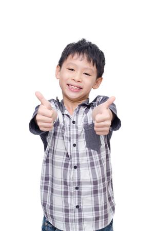 アジアの少年の笑顔、白い背景の上に親指を表示