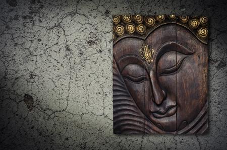 bouddha: Image de Bouddha en thaï gravure en bois de style sur le mur