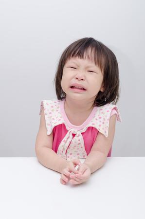 bebe enfermo: Niña asiática llorar