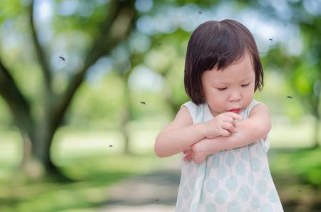アジア少女が蚊の咬傷にアレルギー