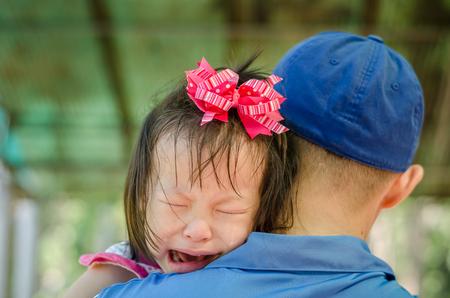 ni�o llorando: Ni�a llorando en el hombro del padre