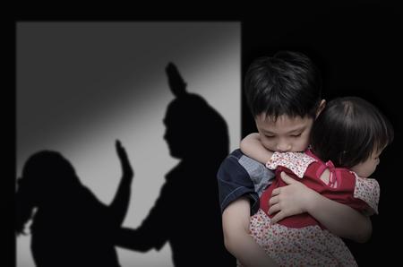 maltrato infantil: Niño asiático con su padre luchando en el fondo Foto de archivo