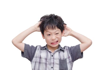 piojos: Joven asiático rascarse el cuero cabelludo sobre blanco