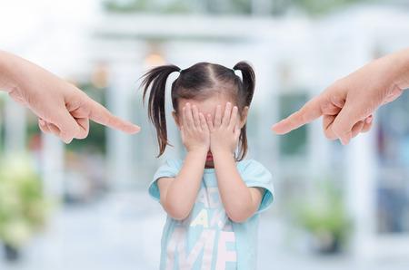 親が叱る彼女ながら泣いている小さなアジアの女の子