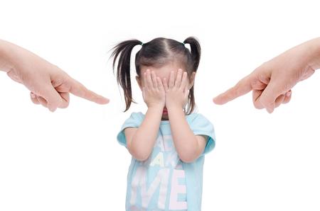molesto: Niña asiática llorando mientras padres le regañan sobre blanco