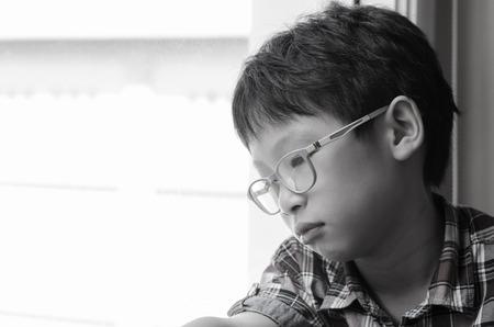 Sad Asijské chlapec při pohledu z okna Reklamní fotografie