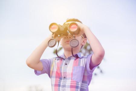 少年キャンプで双眼鏡を使用して 写真素材