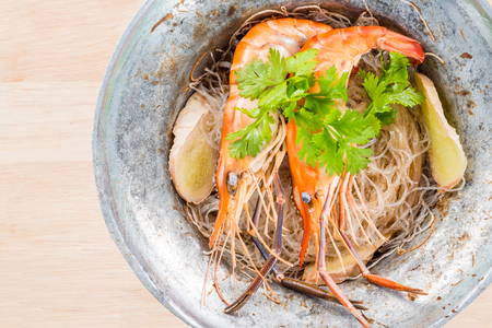 Shrimp with vermicelli in pot