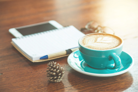 papel filtro: Coffee cup on table