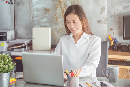 Beautiful asian woman working in office Banque d'images
