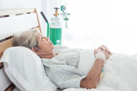 Paziente femminile senior asiatico che dorme sul letto in ospedale