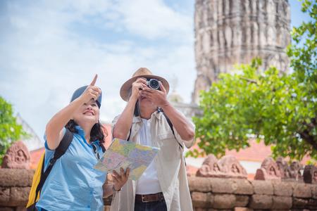 Emerytowana azjatycka para podróżująca w świątyni w Tajlandii.