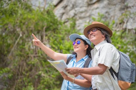 Azjatycka para starszych podróżuje razem w górach, podróżując na wycieczce emerytalnej. Zdjęcie Seryjne