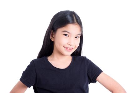 Bonita chica asiática de pie y sonríe sobre fondo blanco.