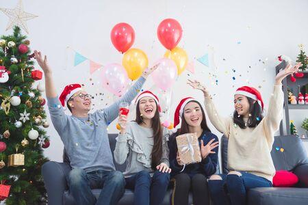Tres hermosas chicas asiáticas y un hombre celebrando la Navidad o la fiesta de Nochevieja Foto de archivo