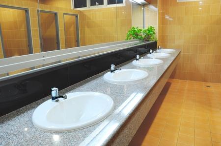 toilet sink: Lavabo y espejo en el ba�o