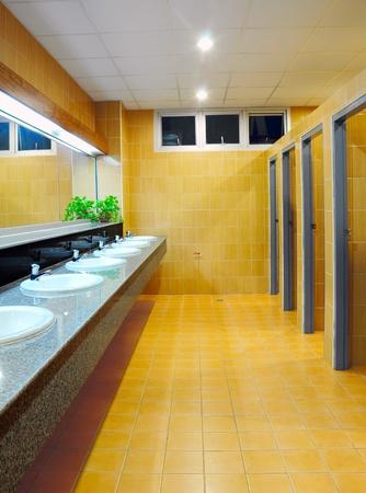 washroom: Ba�o en la Oficina