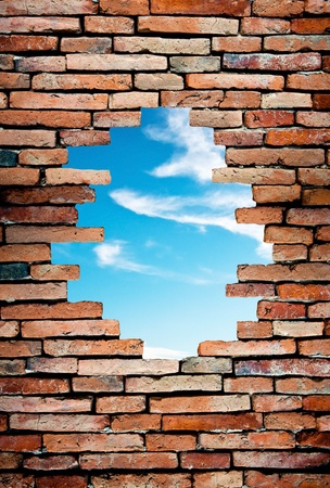 pared rota: pared porosa para ver el cielo azul Foto de archivo