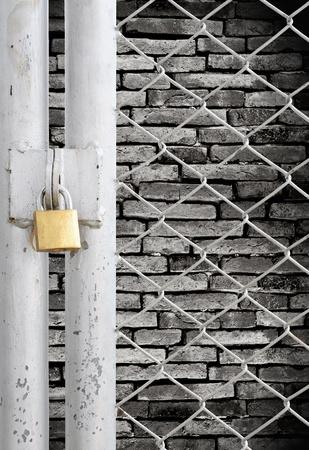 key to freedom: Valla de enlace de la cadena y la puerta de metal con bloqueo consulte fondo de pared grunge