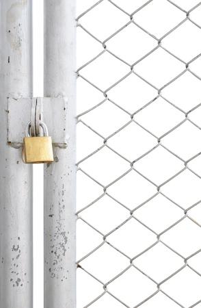 puerta de metal: puerta de valla y metal de enlace en cadena con bloqueo aislada sobre fondo blanco Foto de archivo