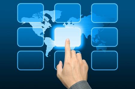 mano de empresario presionando un botón en una interfaz de pantalla táctil