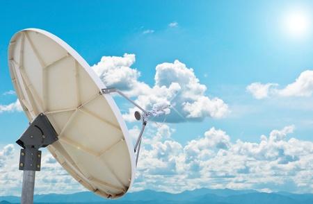 antena parabolica: antenas de plato de sat�lite bajo cielo azul Foto de archivo