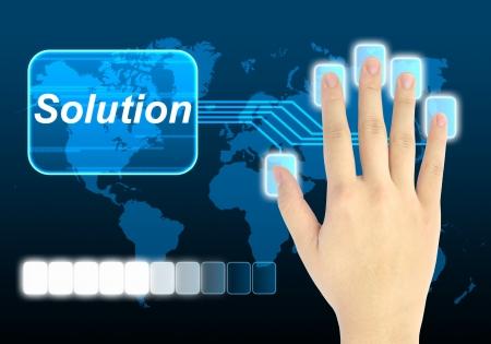 investment solutions: mano de empresario presionando el bot�n de soluci�n en una interfaz de pantalla t�ctil