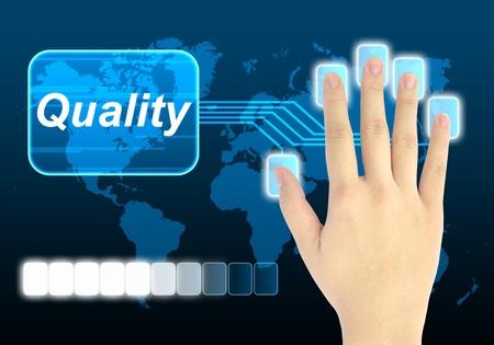 control de calidad: mano de empresario presionando el bot�n de calidad en una interfaz de pantalla t�ctil  Foto de archivo
