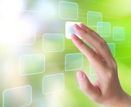 �cran tactile: main appuyant sur un bouton sur une interface � �cran tactile