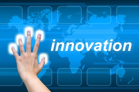 mano de la innovación presionando el botón en una interfaz de pantalla táctil
