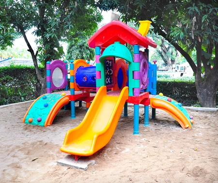 ni�os en recreo: Parque infantil de colores
