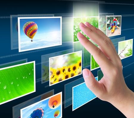 �cran tactile: main appuyant sur un bouton de streaming des images sur une interface � �cran tactile Banque d'images