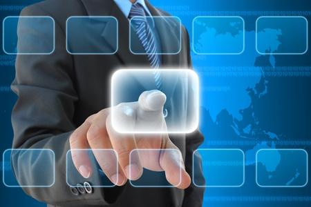 �cran tactile: la main d'affaires en appuyant sur un bouton sur une interface � �cran tactile
