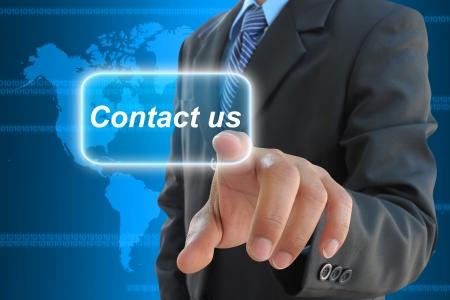 contact info: mano d'affari spingendo contattarci tasto su una interfaccia touch screen