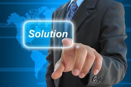 investment solutions: mano empresario soluci�n presionando el bot�n en una interfaz de pantalla t�ctil