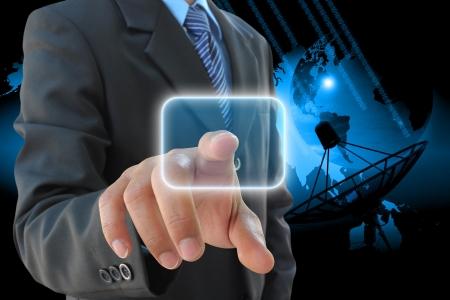 pushing the button: bot�n derecho del empresario de empuje y las antenas parab�licas de sat�lite