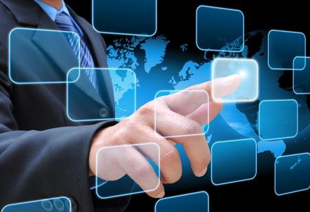 Geschäftsmann Hand Drücken der Taste auf einem Touch-Screen-Interface Standard-Bild