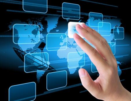 Hand drücken der Taste auf einem Touchscreen-Interface