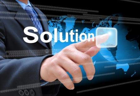 investment solutions: la mano de negocios una soluci�n presionando el bot�n en una interfaz de pantalla t�ctil