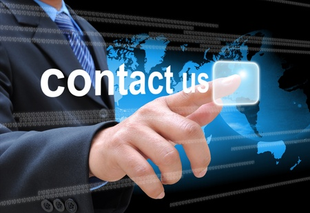 実業家の手のタッチ画面のインターフェイスの連絡先を私たちは、ボタンを押す