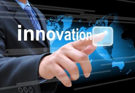 実業家の手のタッチ画面のインターフェイスの革新のボタンを押して 写真素材