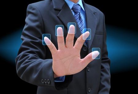 実業家の手のタッチ画面のインターフェイスのボタンを押す