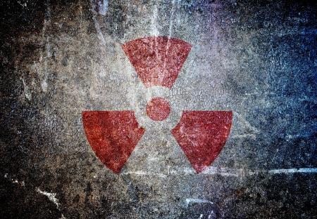 radiacion: símbolo abstracto radiactivo en una pared del grunge Foto de archivo