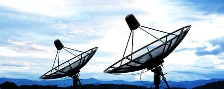 青空の下で衛星パラボラ アンテナ