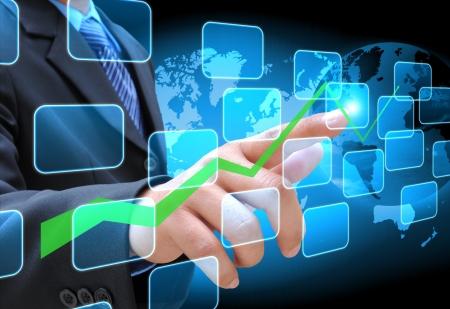実業家の手のタッチ画面のインターフェイスをビジネス グラフにプッシュ