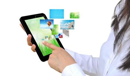 タッチ パッドの PC と女性の手上のストリーミング画像仮想ボタン