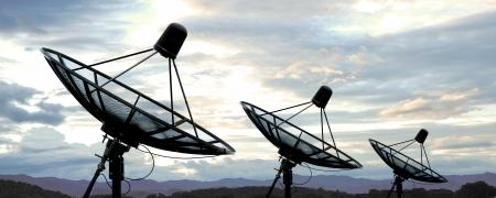 antena parabolica: antenas de sat�lite plato bajo el cielo azul