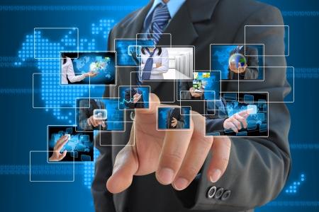 red informatica: empresario botón derecho del empuje en una interfaz de pantalla táctil Foto de archivo